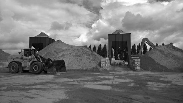 shovel en silo bij zandbulten