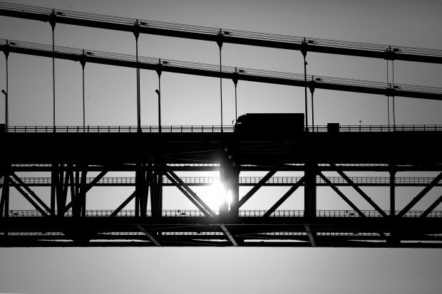 vrachtwagen rijdt over brug