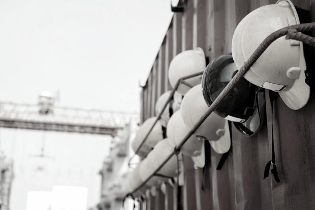 veiligheidshelmen aan een container