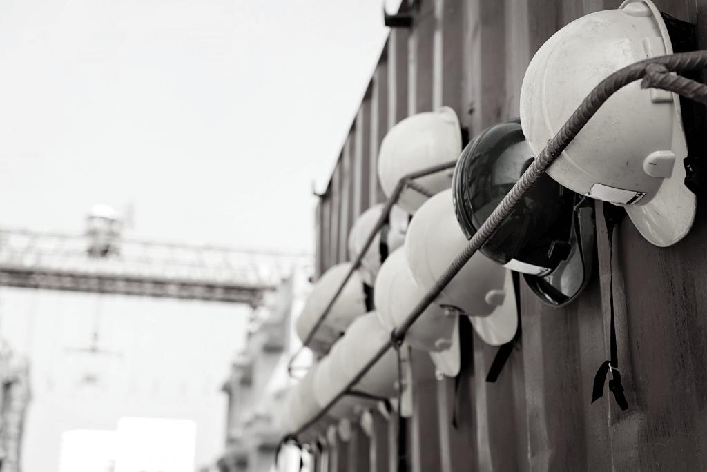 veiligheidshelmen aan een containerloading=